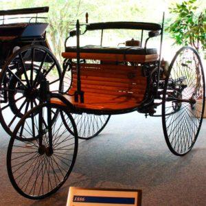 Автомобиль Бенца, 1885 год. Первый серийный автомобиль с двигателем внутреннего сгорания.