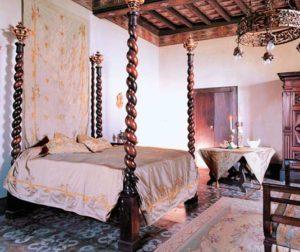 Классика в современном интерьере. Спальня в романском стиле.